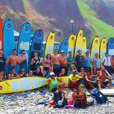 Un buen momento de surf con nuestros alumnos ! ** A good day with our students, great group !