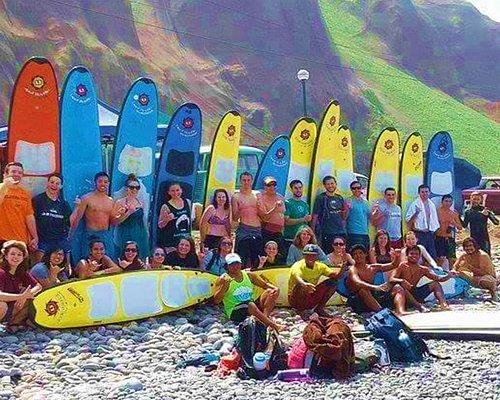 Un buen momento de surf con nuestros alumnos ! ** A good day with our students, great group !