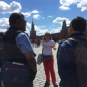 El equipo de ViVe MOSCU en la Plaza Roja durante nuestro Tour Gratis en Moscú.