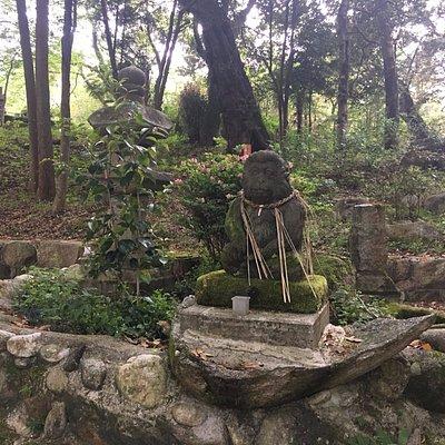 干上がった池と猿の像