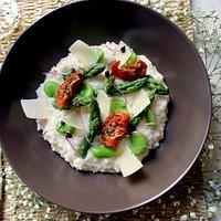 Risotto Végétarien aux herbes fraîches, fèves, asperges, copeaux de parmesan