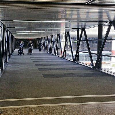 駐車場へ向かう渡り廊下