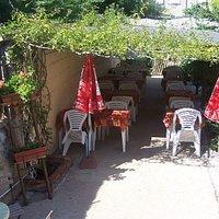 Terrasse à l'arrière du restaurant pour un déjeuner au calme
