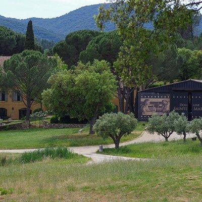 La Grande Maison, le caveau de dégustation et la cave de vinification.
