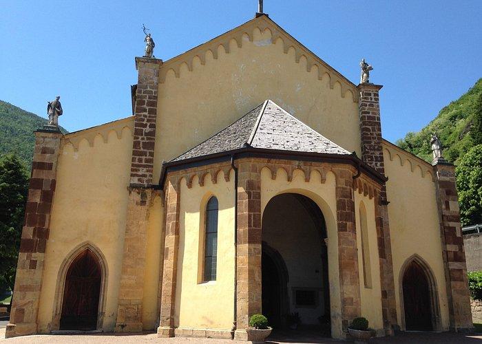 Entrée principale de l'église et les 4 statues sur le haut de la façade