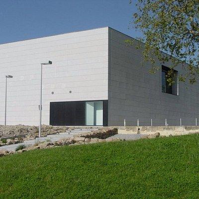 Vista lateral do Museu da Vila Velha