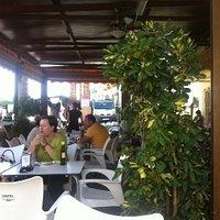 Het gezellige terras tijdens de markt