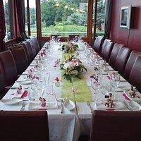 Une table banquet très sobre