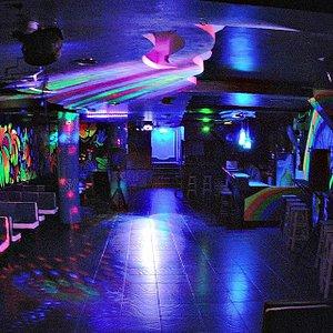 D'Mind Club,los colores neon,la música electrónica te haran disfrutar de una noche unica.