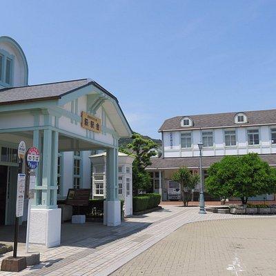 左が萩駅舎で右が観光協会