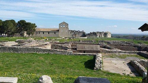 La chiesa della SS. Trinità e dell'Incompiuta viste dall'area archeologica