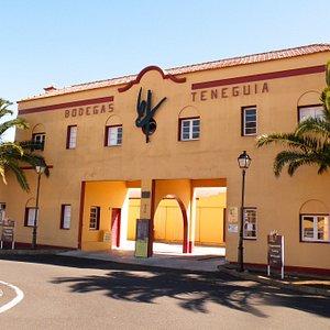Fachada de nuestra bodega. Contrucción inaugurada en 1947. Los Canarios, Fuencaliente.