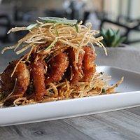 Nuestros famosos Panko Thai Prawns, camarones empanizados en panko crujiente bañados en salsa th