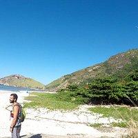 Praia do meio vista do ponto de chegada da trilha. Ao fundo a Pedra da tartaruga.