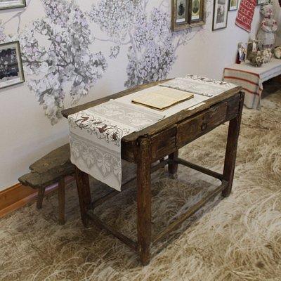 Стол и лава из оригинальной хаты Т. Г. Шевченко