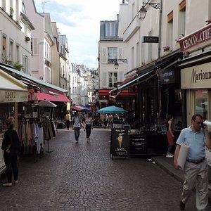 Parte da rua fechada apenas para pedestres