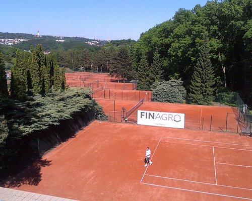 výhled z terasy na tenisové kurty