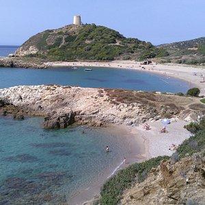Vista panoramica della torre di Chia durante il Tour delle spiagge Ovest da Cagliari