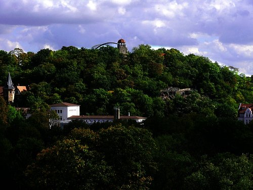 Der Zooberg mit der markanten Großvoliere und dem Aussichtsturm aus der Nahansicht