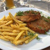 Schnitzel auf Gorgonzola-Sauce mit Pommes / im Hintergrund noch leicht zu erkennen: Hefeweißbier