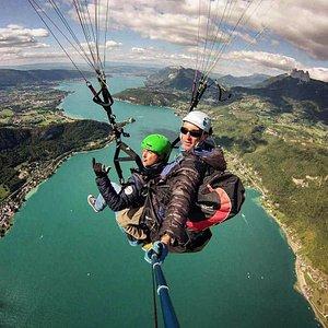 Vue sur la lac d'Annecy en parapente