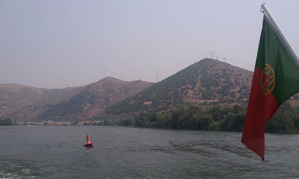 Cruzeiro  no  rio Douro  . Notre  de Portugal  com umas  vistas  fantásticas  sobre  as vinhas
