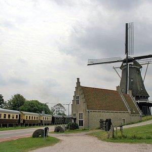 Stoomtram Hoorn - Medemblik bij de molen in Medemblik