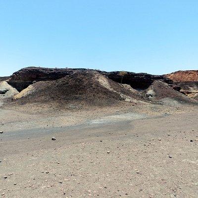 schwarze Gesteinsschichten geben diesen Hügeln ihren Namen