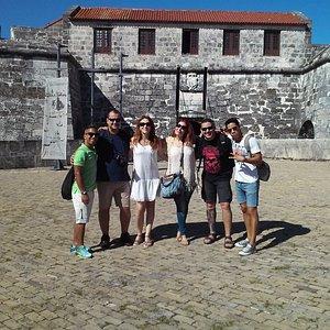 Grupo de viajeros españoles en la fortaleza de la Habana.