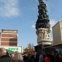 Das Monument zur Stadtgeschichte steht mitten in der Fußgängerzone vom Stadtteil Lebenstedt.