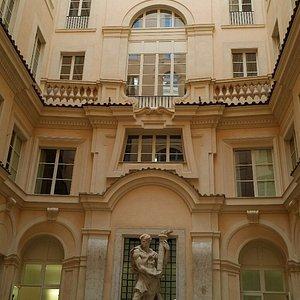 corte del palazzo e statua opera di Alberto Felci
