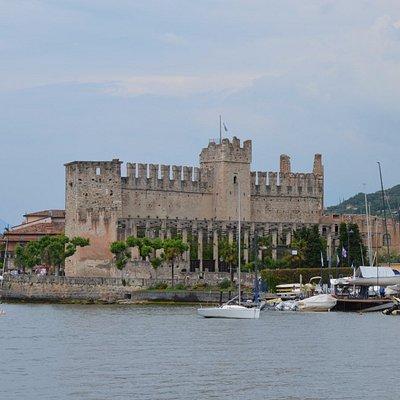 Castello di Torri von der Seeseite