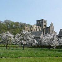 L'abbaye au printemps avec les pommiers en fleur