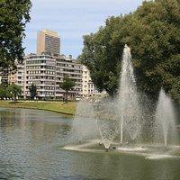 A fountain is nearby the Allegorische koppen