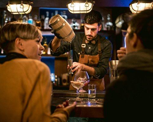 Cristian, bartender e proprietario mentre crea uno dei suoi cocktail