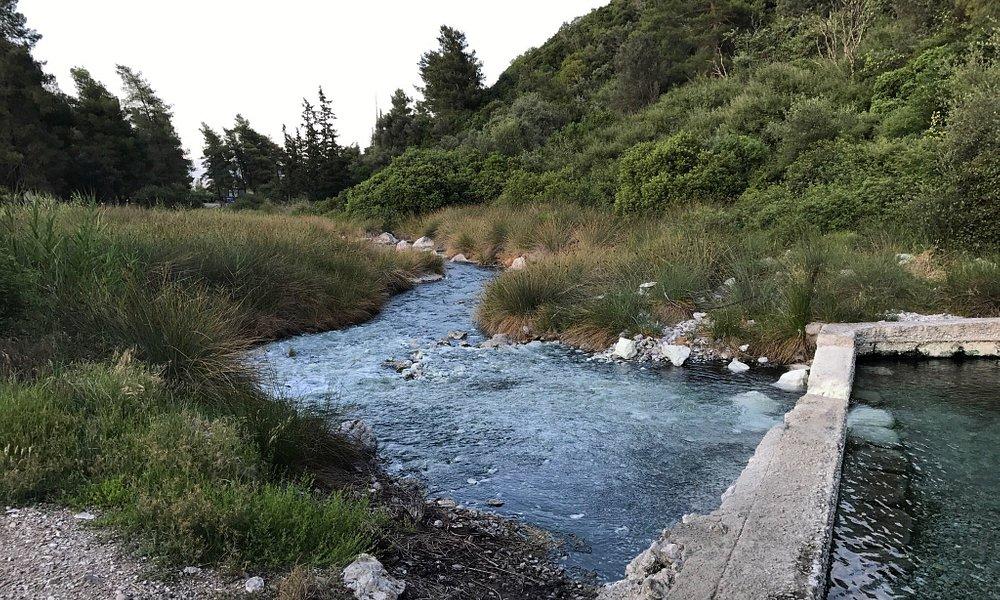 Malo uzvodno od termalnih voda na samom izvoristu postoje stari bazeni za kupanje sa visokomtemp