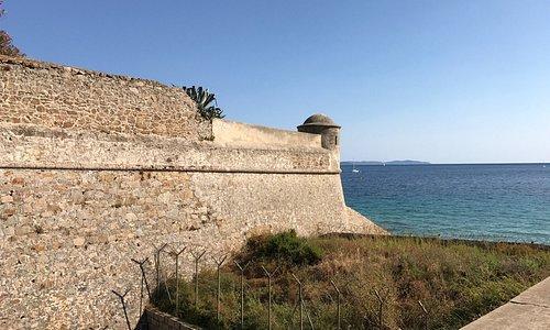 Une citadelle qui devrait prochainement être propriété de la mairie. Donc ouverte à terme au pub