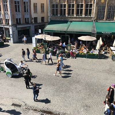 Arriving to the main square in Bruges with the delightful Green Rides service
