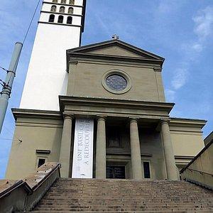 Effet d'optique: la tour tombe sur la basilique