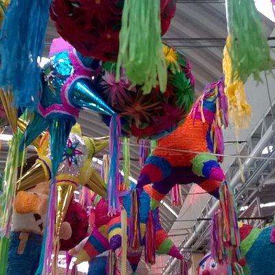 Piñatas decembrinas en el Mercado de Medellín, Col. Roma Sur.