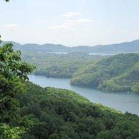 手前が小野川湖、先に見えるのが秋本湖