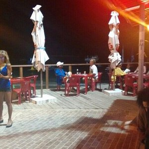 bar con vista al mar