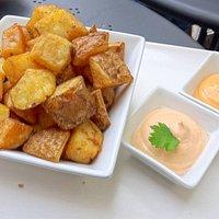 las famosas patatas suro, con salsa de chipotle y ali-romescu