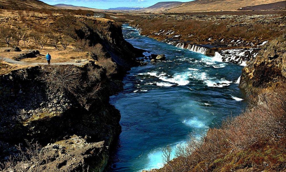 Lava und sprudelnde Wasserfälle