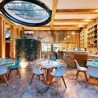 Casa antigua de los años 40ª. Convertida en un moderno restaurante de comida mediterránea.