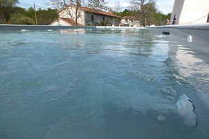 Une grande piscine (16 m) handi-accessible, chauffée, avec petit bain