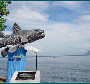 Destinasi Pantai Malalayang Dua di Teluk Manado,-