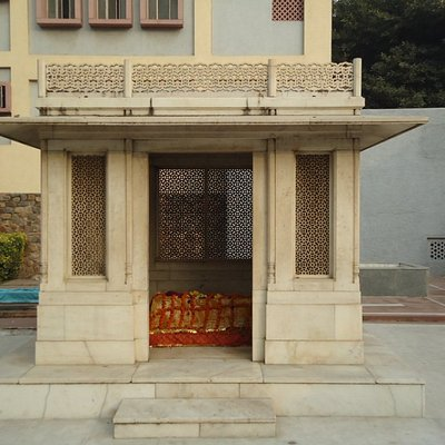 Mirza Ghalib tomb next to Chausath Khambha.