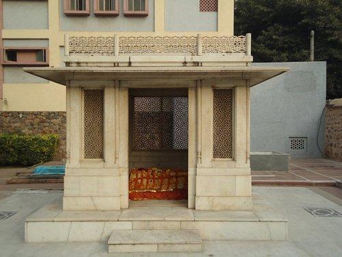 Mirza Ghalib tomb next to Chausath Khambha.