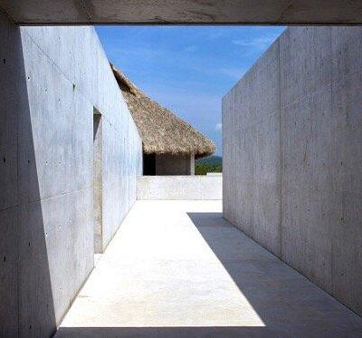 Culto al minimalismo a base de recursos empleados tales como el concreto armado, la madera de Pa